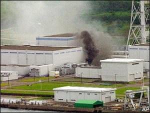Dégats causés à la grande centrale de Kashiwasaki-Kariwa en 2007.Voyez l'intensité des fuites diverses.