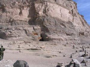 La pyramide vue de côté avec son entrée (caverne)
