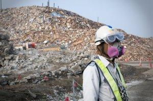 Des montagnes de débris  ont été entassés partout autour des sites dévastés.