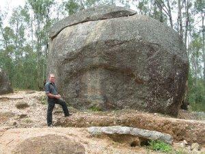 La pierre IKIBUYE CYA SHARI  à la frontière du burundi-Akanyaru. Les légendes anciennes du terroir racontent qu'à l'intérieur de la pierre , il y avait un autre monde, dont vivent aussi les autres humains...Légende racontée par les anciens des villages voisins.