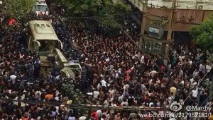 La foule a renversé le camion que les troupes étaient au volant et l'entourait.