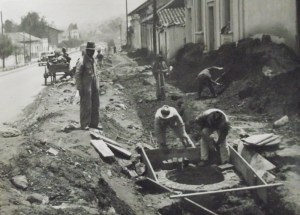 Introduction de l'eau courante et  des égouts dans les quartiers ouvriers de Bogota.