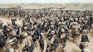 Les troupes américaines dans le nord de Koweït se préparent après avoir reçu l'ordre de traverser la frontière irakienne, le 20 Mars 2003.