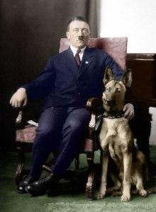 Le grand Amiral Doenitz annonçait la mort du Führer Adolph Hitler...au Führerbunker.Ce qui est faux ,bien sur!Les livres d'histoire sont à ré écrire.Ici en compagnie de Blondi,son favori.