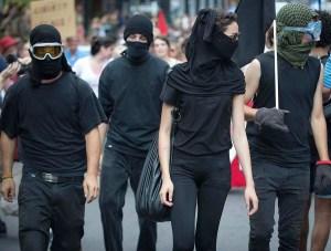 Les nombreux éléments d'infiltration étaient reconnaissables par  leur accoutrement tout en noir.