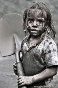 Au début du 20 ième siècle,beaucoup d'enfants travaillaient dans les mines d'émeraudes,en Colombie.Comme cette petite fille.