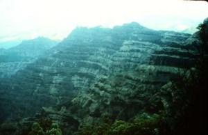 Les trapps du Deccan sont l'une des plus grandes provinces volcaniques dans le monde. Il se compose de plus de 6500 pieds (> 2000 m) de coulées de lave de basalte couchés et couvre une superficie de près de 200.000 miles carrés (500.000 kilomètres carrés) (environ la taille des États de Washington et de l'Oregon combiné) dans le centre-ouest Inde. Les estimations de la superficie initiale couverte par les coulées de lave sont aussi élevés que 600 000 miles carrés (1,5 million de kilomètres carrés). Le volume de basalte est estimé à 12 275 miles cubes (512 000 km cube) (éruption de 1980 du Mont Saint Helens produit 1 km cube de matière volcanique). Les trapps du Deccan sont des basaltes d'inondation similaires aux basaltes du fleuve Columbia du nord-ouest des États-Unis. Cette photo montre une pile épaisse de lave basaltique coule vers le nord de Mahabaleshwar. Photographie par Lazlo Keszthelyi 28 Janvier 1996. / The Deccan Traps are one of the largest volcanic provinces in the world. They consist of more than 6,500 feet (> 2000 m) of basalt lava lying and covers an area of nearly 200,000 square miles (500,000 square kilometers) (about the size of Washington and Oregon combined) in west-central India. Estimates of the original area covered by lava flows are as high as 600,000 square miles (1,500,000 square kilometers). The volume of basalt is estimated at 12,275 cubic miles (512,000 cubic km) (1980 eruption of Mount St. Helens produces 1 cubic km of volcanic material). The Deccan Traps are basalts similar flood basalts of the Columbia River in northwestern United States. This photo shows a thick pile of basaltic lava flows north of Mahabaleshwar. Photography by Lazlo Keszthelyi January 28, 1996.