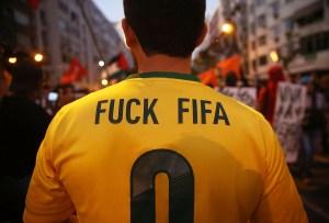 Coupe manifestants anti-mondiale se réunissent en tentant de marcher à stade Maracana le 15 Juin 2014, Rio de Janeiro, au Brésil.