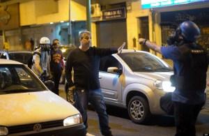 Cet homme s'est identifié comme un policier en civil après avoir été affronté avec les agents en tenue anti-émeute