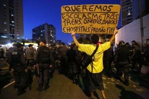 Les Policiers militaires bloquent les manifestants anti-Monde de la FIFA qui tentent de marcher vers le stade Maracana le 15 Juin 2014 à Rio de Janeiro, Brésil.