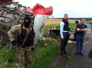 Miliciens de la République de Nova Russia près des décombres de l'avion.