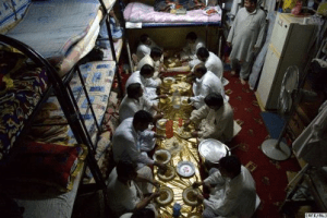 Travailleurs pakistanais à Dubaï ,à l'heure du repas.