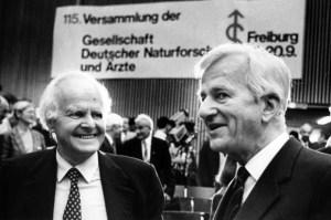 Ici en compagnie de son frère Richard. Remarquez le lieu  de la convention scientifique sur la pancarte,à l'arrière: Freiburg.