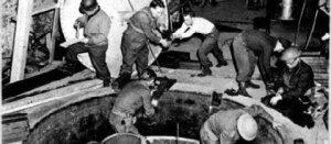 Les soldats américains saisissent  les pièces du réacteur atomique mis au  point par l'équipe de carl Friedrich von Wiezsacker,en 1945 lors de l'Opération Paperclip.