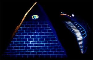 L'artéfact le plus intrigant du groupe est une représentation d'une pyramide avec 13 divisions horizontales ou étapes et surmontée d'un œil qui voit tout, ou du troisième œil dans le symbolisme spirituel Sanskrit. Alors qu'il n'y a pas de seules vraies pyramides représentées dans les Amériques, seulement une multitude de pyramides à étages, cela doit être considéré comme une représentation de la Grande Pyramide de Gizeh qui se trouve à des milliers de kilomètres. Sur le côté renversé de l'objet se trouve une inscription en or de la ceinture d'Orion et une série de glyphes archaïques Sanskrits, qui ne sont toujours pas interprétables. On retrouve aussi cette même pyramide dans beaucoup de religions, et sur le billet d'un dollar.