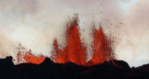 La fissure s'aggrave d'heure en heure.Des fontaines de lave, jusqu'à 60 mètres de haut, poussées d'une fissure dans le sol sur le côté nord du volcan Bardarbunga le 2 Septembre.