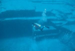 Les plongées se succ`dent sur le site  sous-marin de Yonaguni...l'un des plus grands myst`res archéologique de notre plan`te.