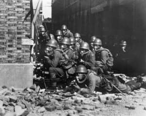 En 1937,ces soldats japonais font partie des forces navales spéciales d'intervention lors de l'invasion de Shanghai,en Chine.Ils n'ont rien èa envier a nos SWAT modernes.