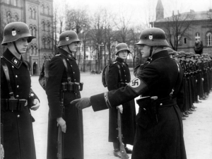En 1938,le groupe des gardes du corps attachés personnellement au Führer Adolph Hitler,se rassemble près de la Chancellerie du Reich à Berlin.