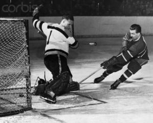"""Dans une série de la coupe Stanley,dans les années """"50,Maurice Richard marque un but solide contre  le gardien de but des Bruins  de Boston.Richard qui joua toute sa carrière pour les Canadiens de Montréal ,au hockey eut une influence qui  dépassat le sport lui-même."""