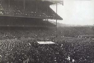 En 1923,un mach de boxe était organisé au Yankee Stadium,à New York.