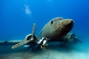 Sur la photo ci-dessus, cela peut ressembler à  un avion de  passagers ou d'un avion  de parachutistes  qui aurait rencontré une fin désastreuse, mais ce Douglas Dakota DC-3 n'a pas planté dans la mer pendant la Seconde Guerre mondiale. L'avion a été en fait intentionnellement coulé en 2009 afin de créer un terrain de jeu unique pour les plongeurs à explorer. L'avion, qui a été utilisé comme un transporteur pour un régiment de parachutistes  turques dans la Seconde Guerre mondiale, a été coulé dans les eaux de Cas, au large de la côte de la Turquie. Il se trouve à 21 mètres sous la surface de la mer Méditerranée et peut maintenant être exploré librement par des plongeurs et est le foyer de nombreux bancs de poissons tropicaux.