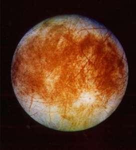 Europe, la lune de Jupiter   Des études récentes suggèrent qu'il y a peut-être des bactéries rouges gelées sur Europa, la lune de Jupiter. Selon les scientifiques, la présence de bactéries indique que des formes de vie plus avancées pourraient y évoluer.  Photo : Photo de la lune de Jupiter rendue publique par la NASA le 12 novembre 1996.