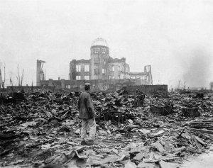 Dans les décombres d'Hiroshima.