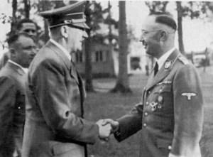 Photo du Reichfûhrer Heinrich Himmler donnant la main au Führer Adolph Hitler lors d'une rencontre au