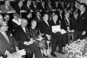 Otto Hann et sa complice de travail,Lise Meitner seront grandement récompensés par la République Fédérale Allemande pour leurs travaux sur la bombe atomique allemande.Sur la photo,ils entourent Willie brant dans une cérémonie ou ils recevront le Prix de l'Hommage de l'Allemagne Unanime ,c'était le 14 mars 1959. Otto Hahn avait découvert la fission nucléaire et il fut horrifié quand ses gardiens anglais l'informèrent du bombardement atomique d'Hiroshima.Il se sentait personnellement responsable de la mort de ces centaines de milliers de civils.