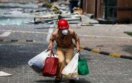 Un habitant de Tianjin quitte sa maison le 15 août 2015, après que les autorités aient ordonné l'évacuation des quartiers voisins des entrepôts où se sont produites les explosions du 13 août, par crainte de propagation de substances toxiques