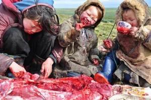 Une famille sibérienne savoure un repas traditionnel ,dans la toundra.