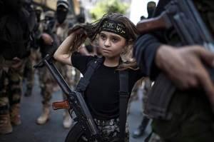 Cette très jeune fille palestinienne,équipée d'une mitraillette Kalachnikov,vient de rallier le Jihad islamique (Daesh).