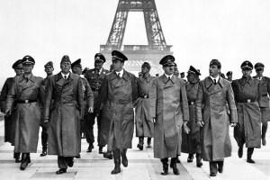 Le Fûhrer devant la Tour Eiffel,à Paris.