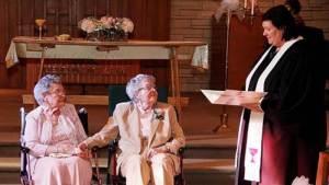 Ce coupe de femmes lesbiennes a attendu toute leur vie pour pouvoir enfin se marier en Iowa récemment.