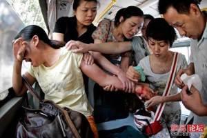 Des gens accourent dans cet autobus en Malaisie,afin de secourir cette femme qui a tenté de s'enlever la vie en se taillant les poignets.