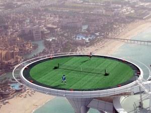 De riches  locataires jouent une partie de tennis au sommet d'un gratte-ciel de Dubai.