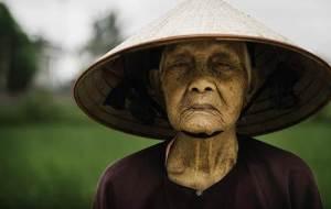 Un fermier très âgé ,versé depuis sa naissance dans la production du riz ,au Vietnam.