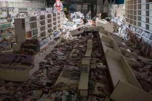 ...des magasins ébranlés  et laissés à l'abandon .