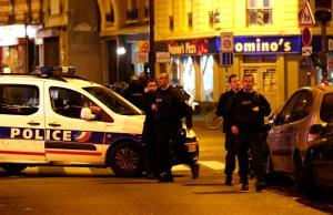 Policiers sur la scène d'une fusillade à Paris le 13 novembre 2015.