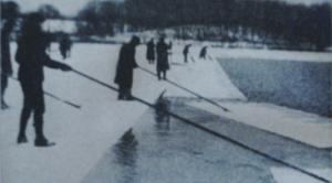 Durant l'hiver 1916,on coupe la glace sur un lac de Pennsylvanie aux USA.