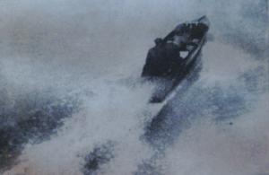 1918-un rapide bateau motorisé fend l'eau sur le fleuve Hudson près de New York.