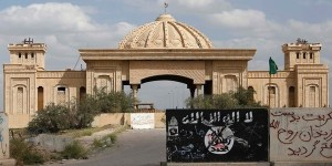 defaced_isis_flag_in_front_of_iraki_palace