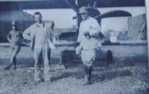 Première Guerre Mondiale-caméra d'observation attachée sur l'aile d'un avion.C'est le début d'une véritable reconnaissance aérienne par les belligérants.