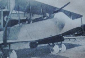 Première Guerre Mondiale-le nouveau biplan américain armé d'une torpille aérienne et d'une mitraillette Lewis facilement ajustée pour tirer ver le haut. Le but de la conception de la torpille aérienne et du biplan bimoteur américain était d'attaquer les dirigeables zeppelins allemands.Il s'agissait de larguer la torpille en survolant le zeppelin et en piquant sur lui...comme les stukas de 1939-45.