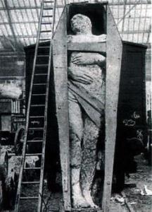 En 1895, un géant fossilisé de plus de 3,70 mètres est découvert par un orpailleur dans le comté d'Antrim. Il est exposé et photographié dans le dépôt de marchandises de la London and North-Western Rallway Company's Broad Street, puis à Liverpool et à Manchester. Qu'est donc devenu ce géant fossilisé de 3,70 m exposé dans un dépôt de Londres en 1895 ? Des analyses pourraient aujourd'hui nous apporter des réponses inestimables.