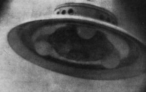 Le 13 décembre 1952,Georges Adamsky prit cette photo près du mont Palomar. Cette ovni correspond parfaitement au dessin d'un ovni nazi du nom de Hanebu développé sous les bons services deMaria Orsic.Il  sagit de technologie pléadienne.