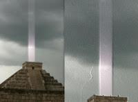 La  grande pyramide de Kukulkan ,au Pérou,se mit à émettre un grondement  puissant et ...un rayon  très visible vers l'espace,en 2013...devant de nombreux témoins.