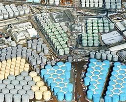 Des rangées de réservoirs de stockage massif ligne d'eau contaminée bâtis près  de la centrale de Fukushima n ° 1 de l'énergie nucléaire au début de Février. (Satoru Semba,emplyé de TEPCO)