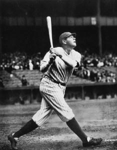 Photo de Babe Ruth en 1923 durant une pratique au baton.bien sur il vient de claquer un autre circuit!
